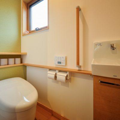 1階トイレ アクセントクロスで和風に 手摺付き