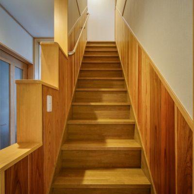 腰板を貼った階段