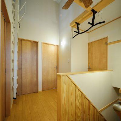 2階ホール 書斎入口にはお父さん専用懸垂バー